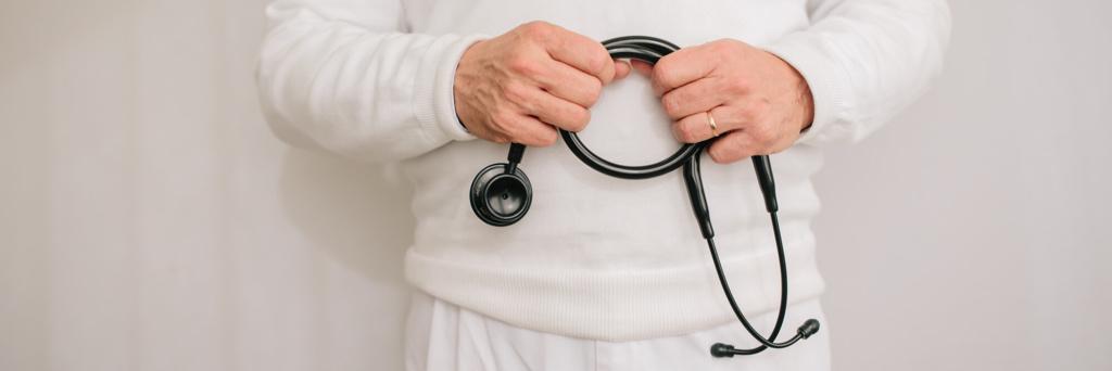Hausarzt Geretsried - Kőrössy - Leistungen - Stethoskop in der Hand