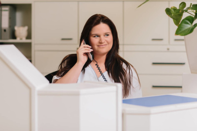 Hausarzt Geretsried - Kőrössy - Kontakt - Mitarbeiterin am Telefon